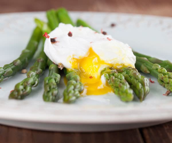 Healthy recipe for steamed asparagus and poached eggs