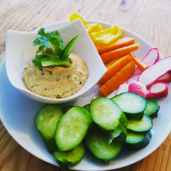 Meal prep snacks hummus and raw vegetables plate