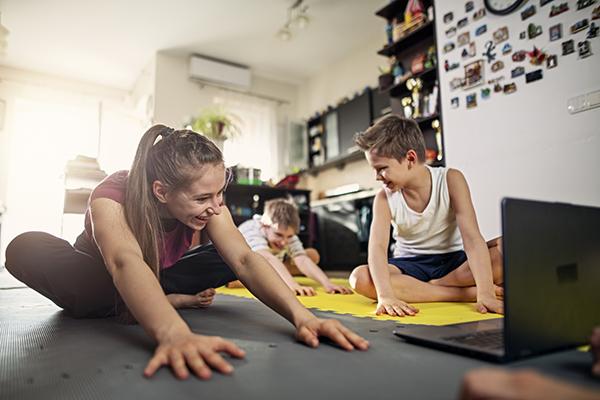 Enfants qui s'étendent sur le sol à la maison