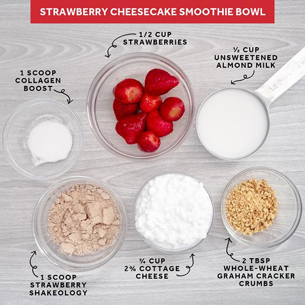 Tazón de batido de fresa, tarta de queso y potenciador de colágeno