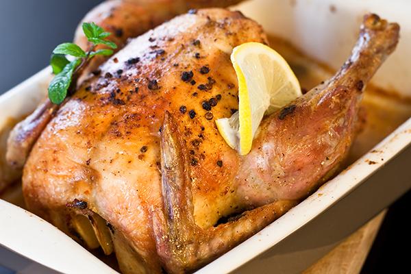 Pollo entero cocido en una sartén