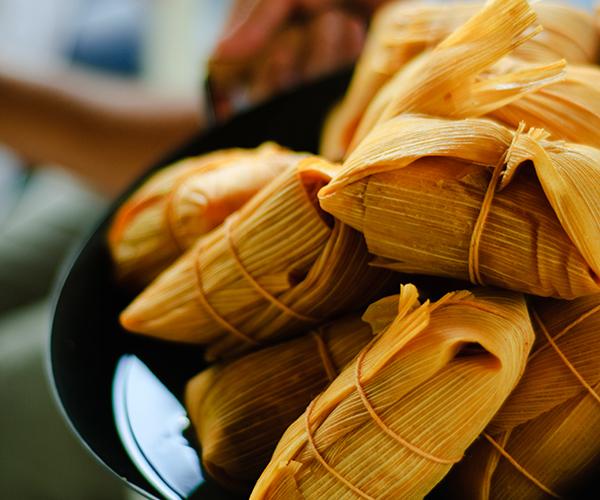 Tamales en una sartén