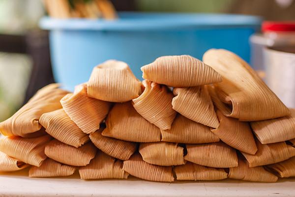 Deliciosos tamales mexicanos tradicionales apilados en una mesa