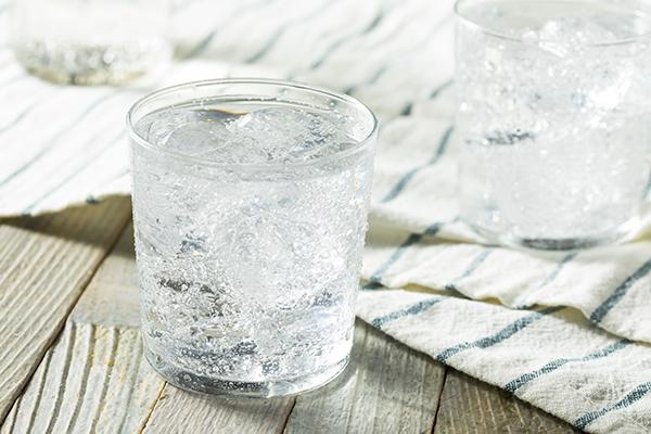 Agua de manantial con gas con hielo en un vaso