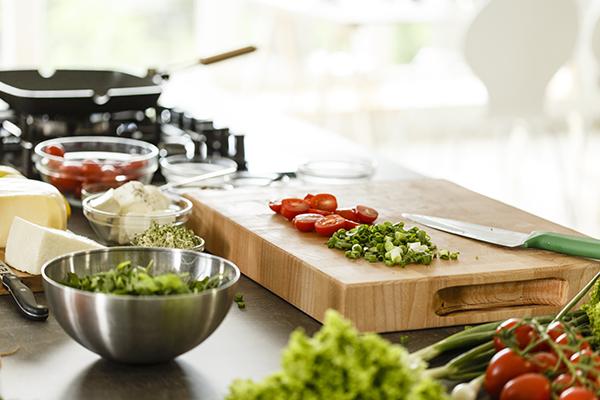 Verduras picadas en una tabla para cortar madera