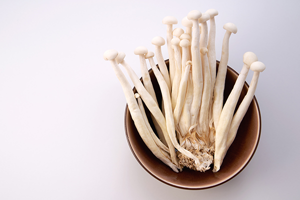 close up of the enoki mushrooms