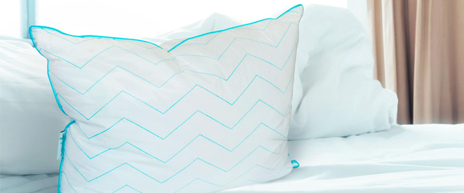 Almohada Soñare firme sobre cama.