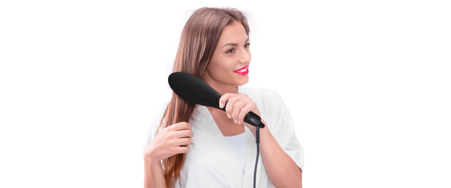 Mujer cepillando su cabello con el cepillo alisador Simply Straight.