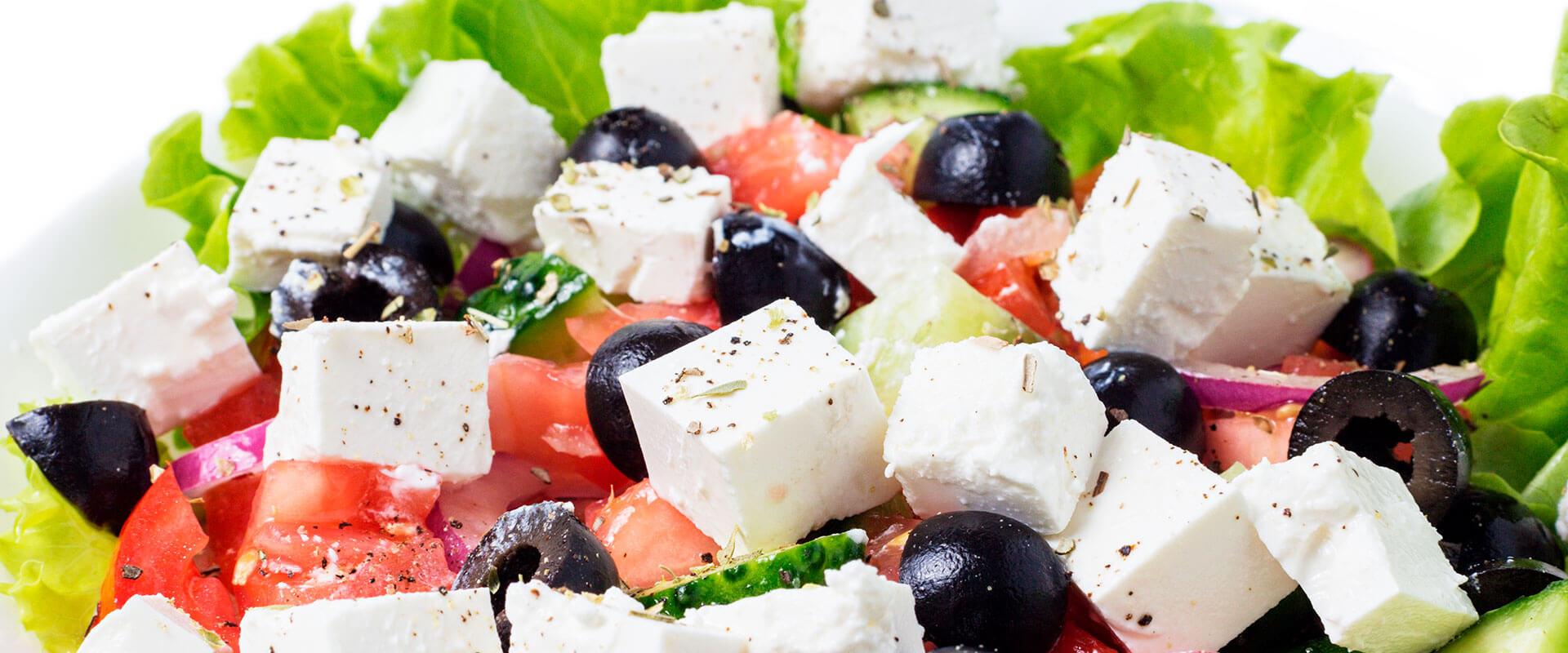 Ensalada griega hecha con queso panela, aceitunas y jitomate.