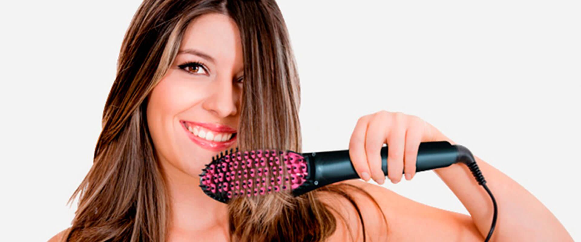 Mujer usando el cepillo alisador Simply Straight para alaciar su cabello fácil y rápido.