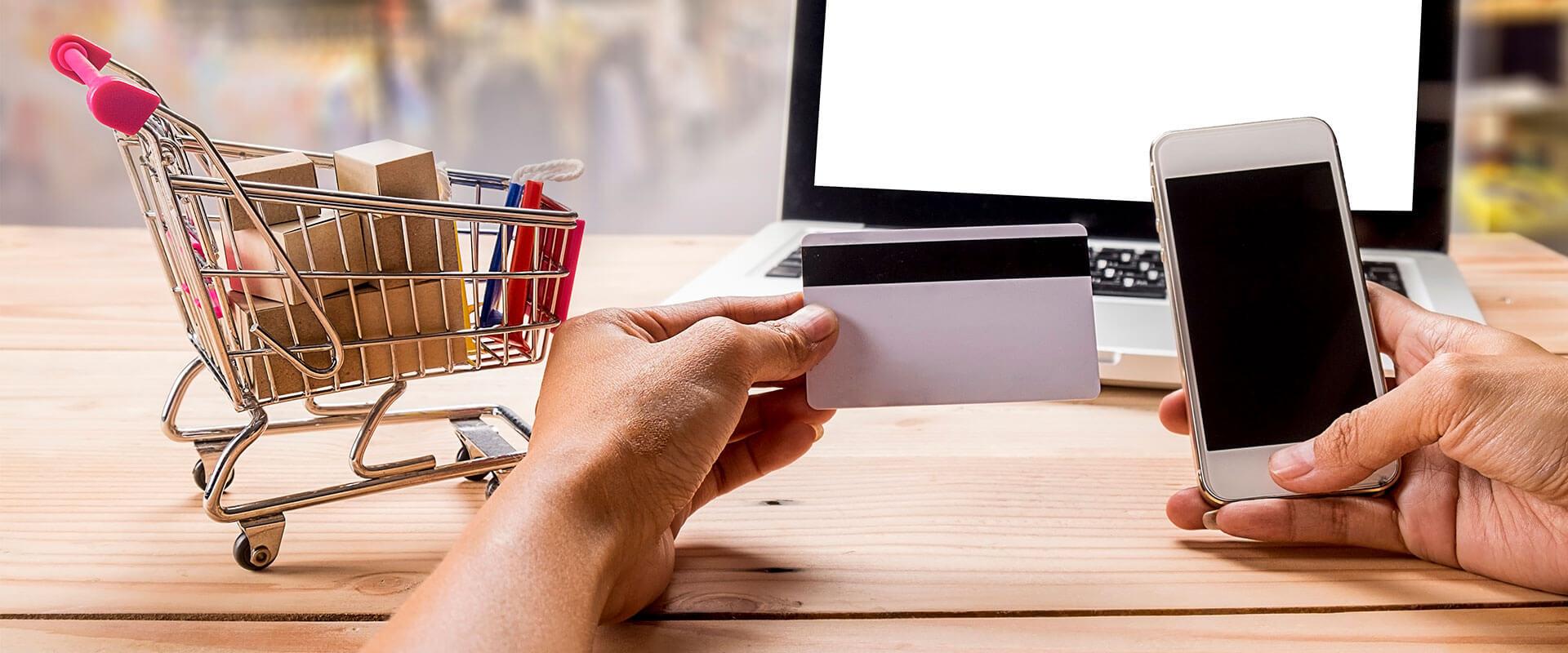 Persona comprando por internet en la página de Inova.