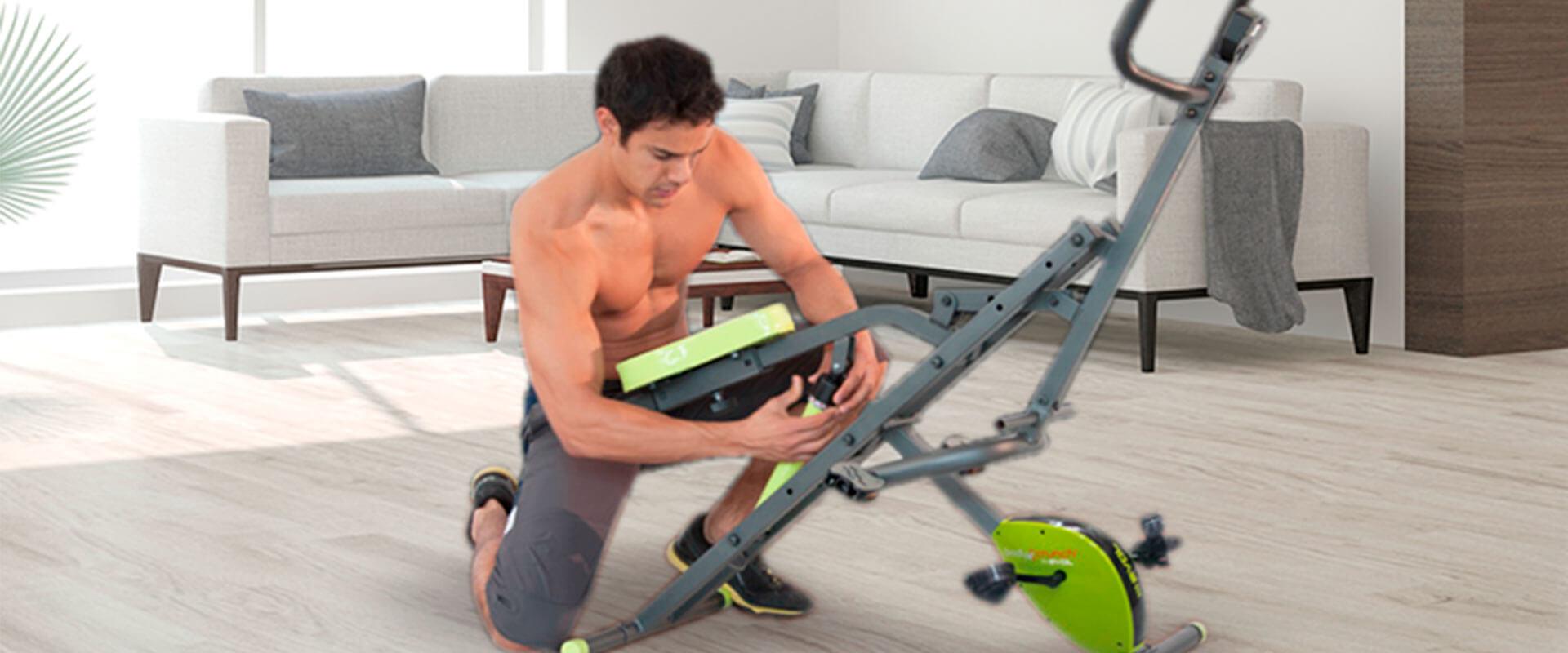 Hombre ajustando su Body Crunch Evolution en la sala de su casa.