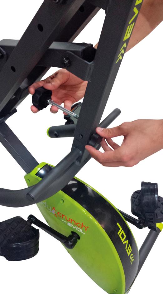 Hombre quitando el seguro de los pedales en el Body Crunch Evolution