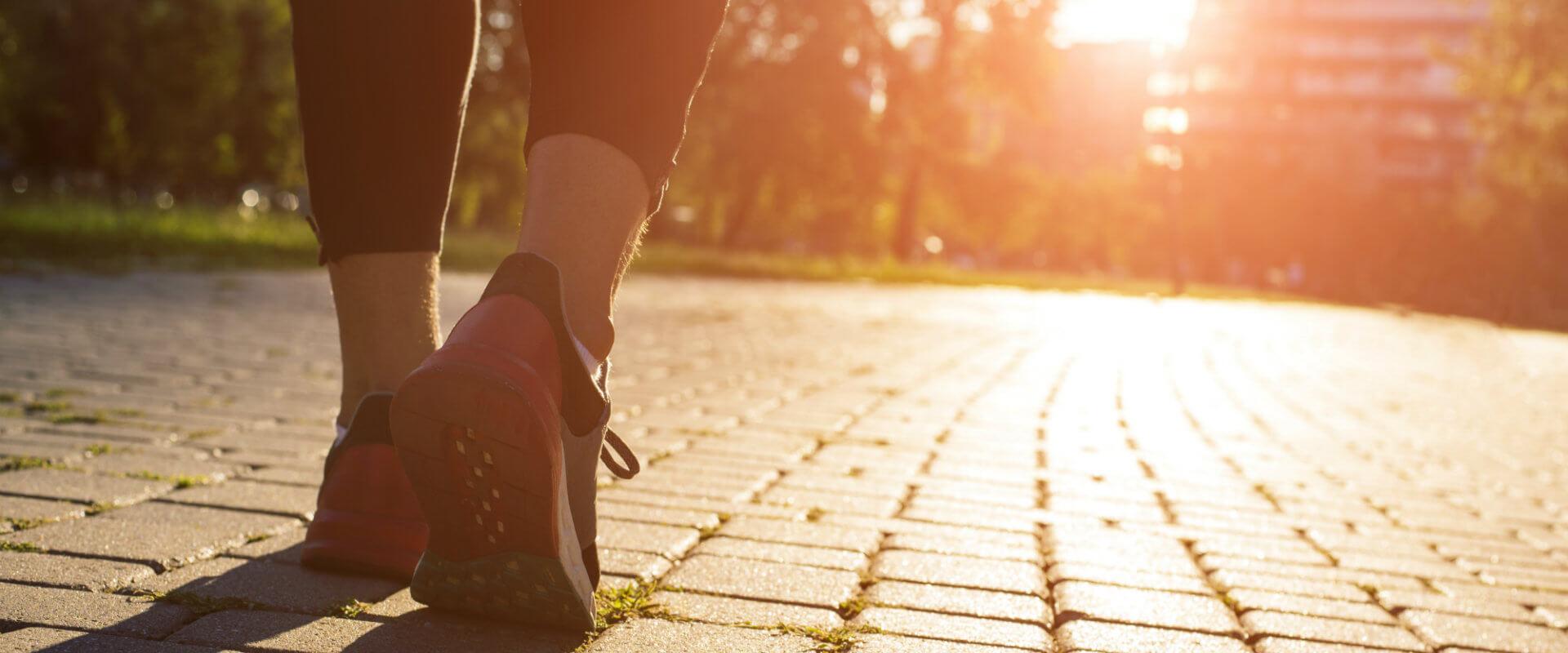 caminar-pies-caminando-walkmaxx