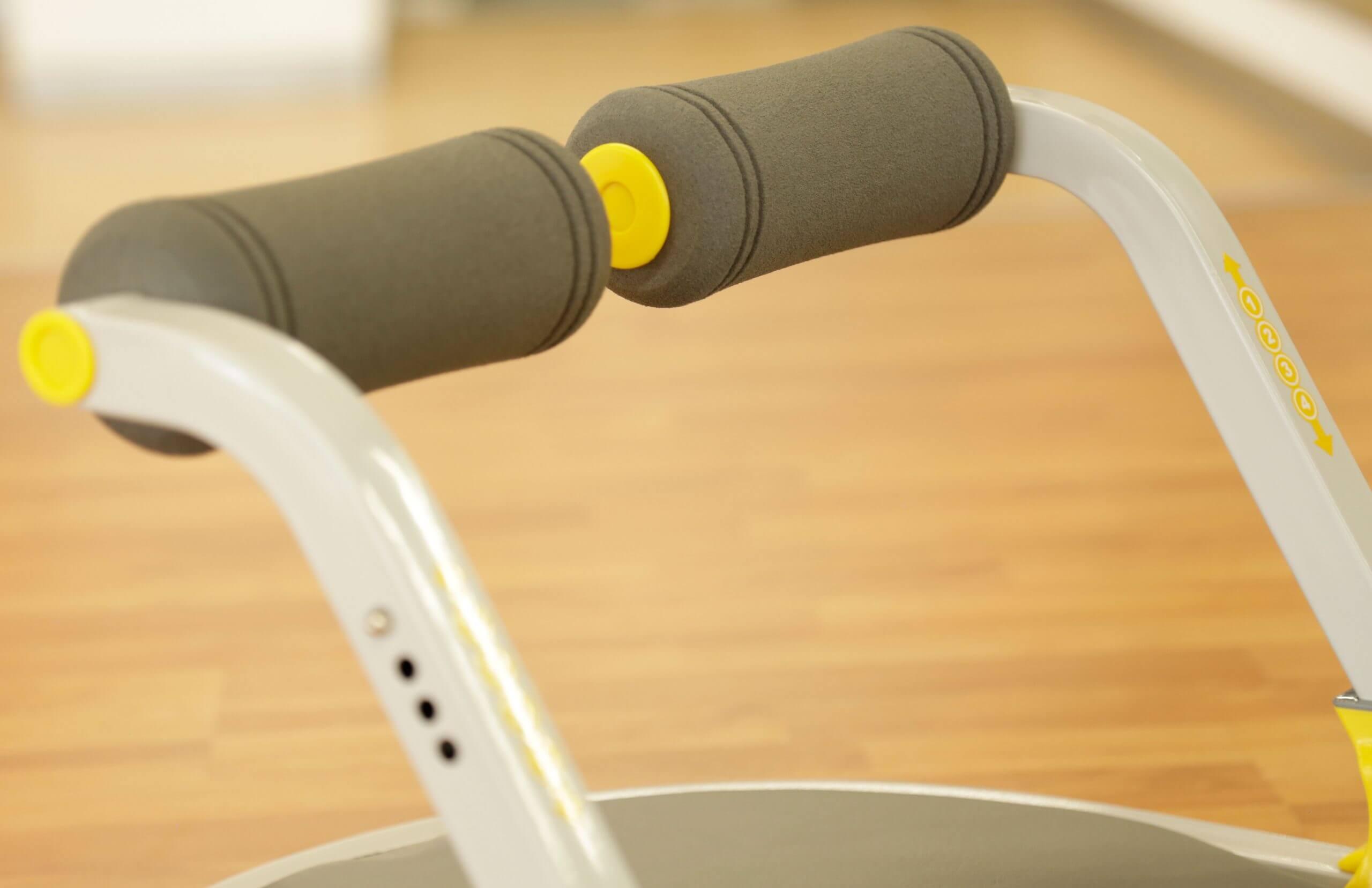 El aparato de ejercicio Ab Tomic tiene cilindros de espuma en los brazos.