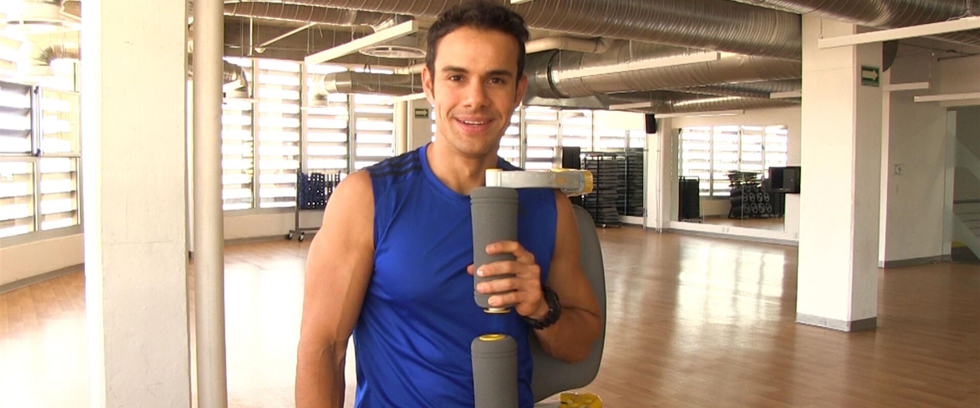 Daniel Cortés cargando el aparato de ejercicio Ab Tomic.