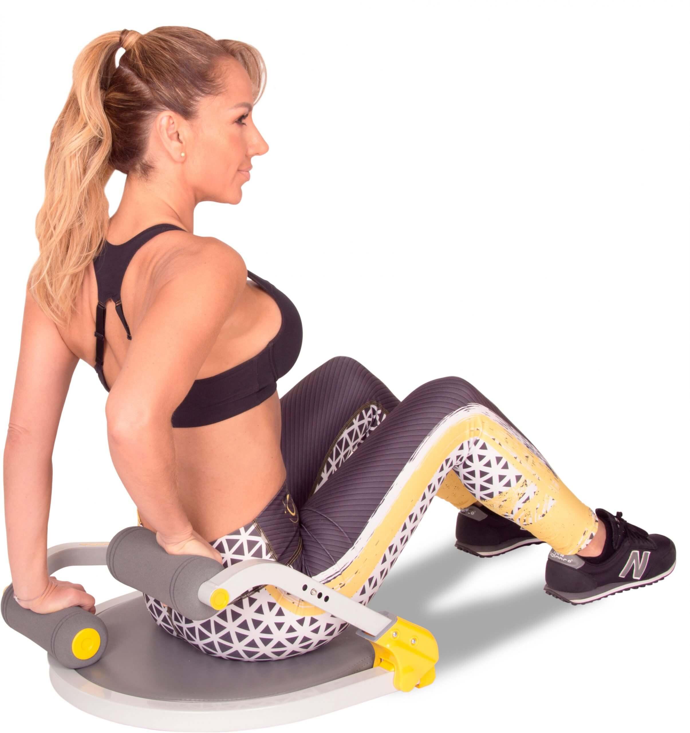 Mujer utilizando el aparato de ejercicio Ab Tomic, haciendo el ejercicio Fondos.