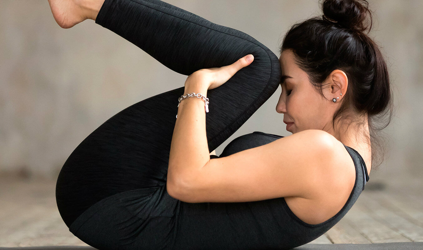 mujer-yoga-apasana-almohada-soñare