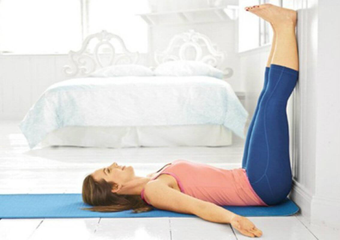 mujer-yoga-viparita-almohada-soñare