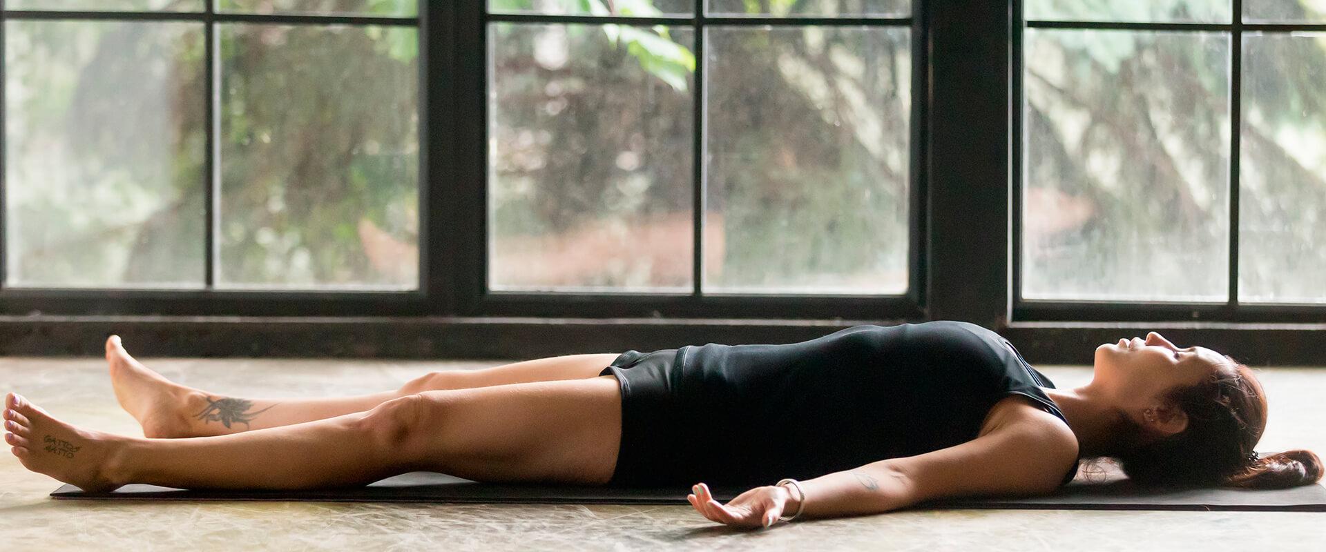 mujer-yoga-savasana-almohada-soñare