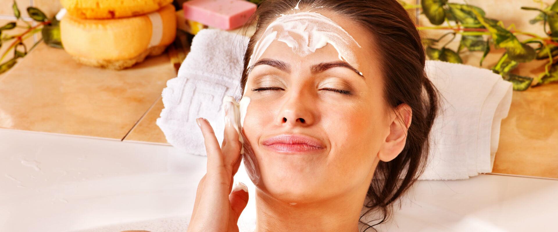 Mujer en el baño usando una mascarilla casera para la cara