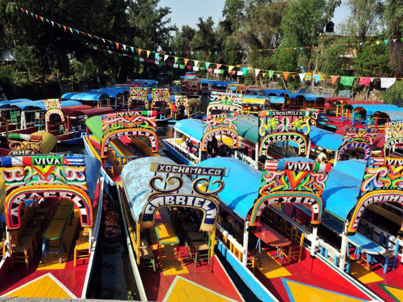 Trajineras estacionadas en Xochimilco