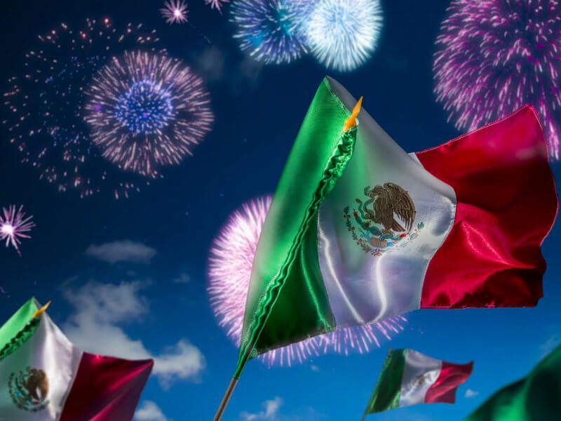 Banderas mexicanas y fuegos artificiales