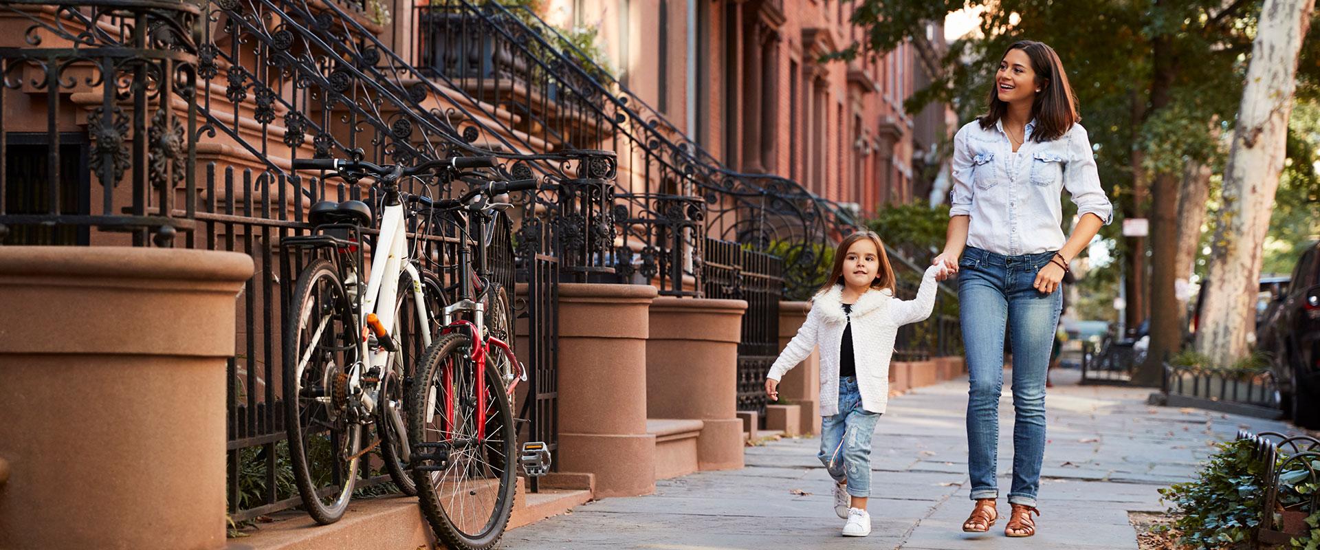 Mamá e hija caminando por la calle.