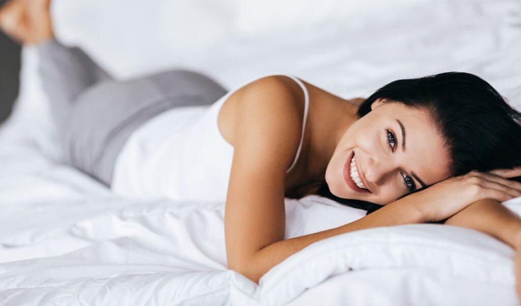Mujer tomando un descanso sonriendo