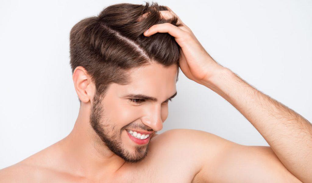 Hombre con cabello sano