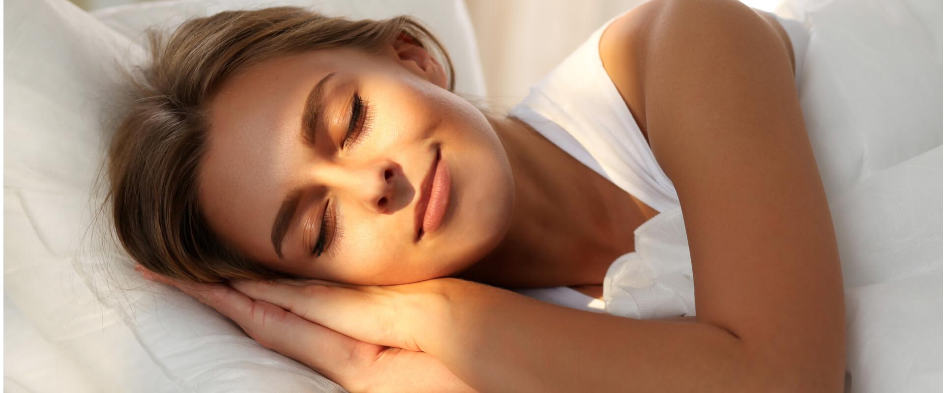 Mujer descansando feliz