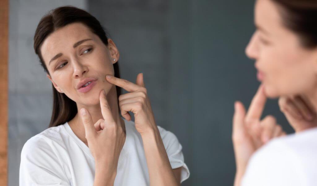 Mujer revisando un comedón