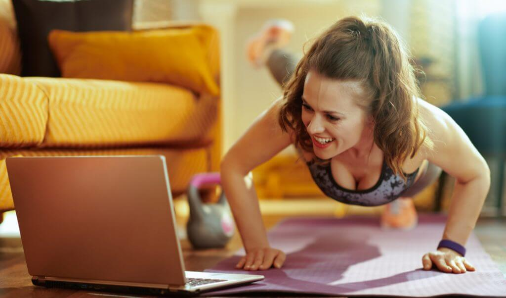 Mujer haciendo ejercicio en casa