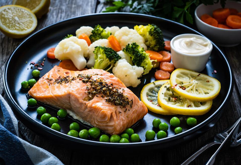 Salmón al vapor con verduras, brócoli, recetas de cuaresma