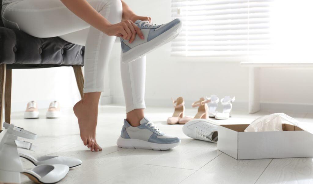 Mujer probándose calzado cómodo