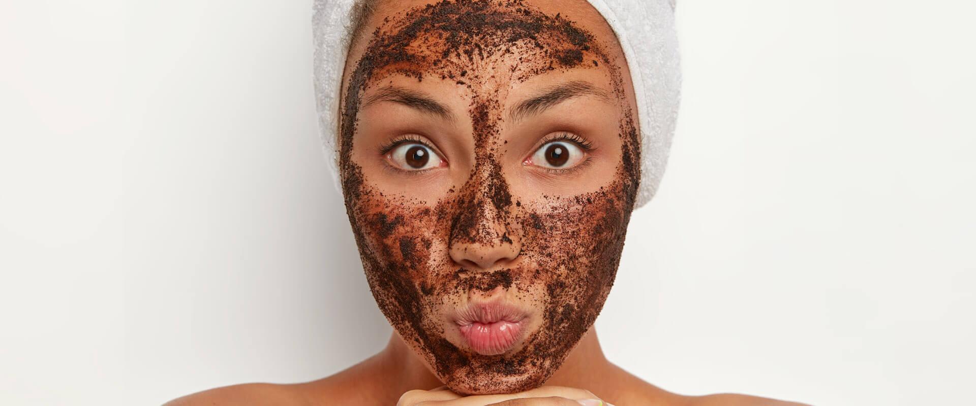 usar café sobre la piel como exfoliante