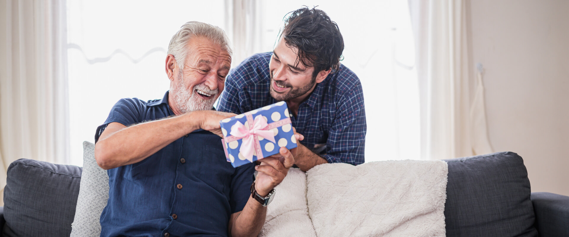 Papá abriendo regalo con su hijo