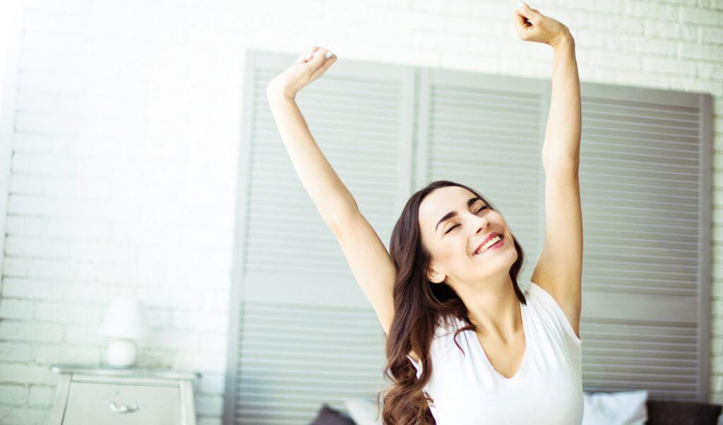 Mujer despierta llena de energía