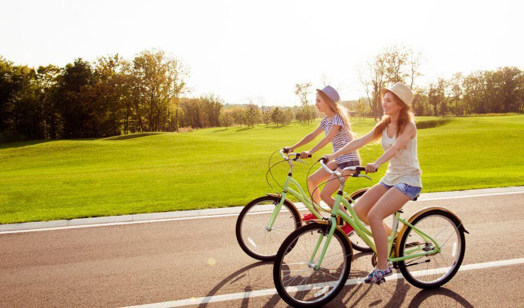 Mujeres pasean en bici