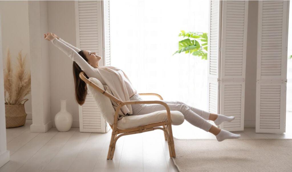 Mujer relajada en casa