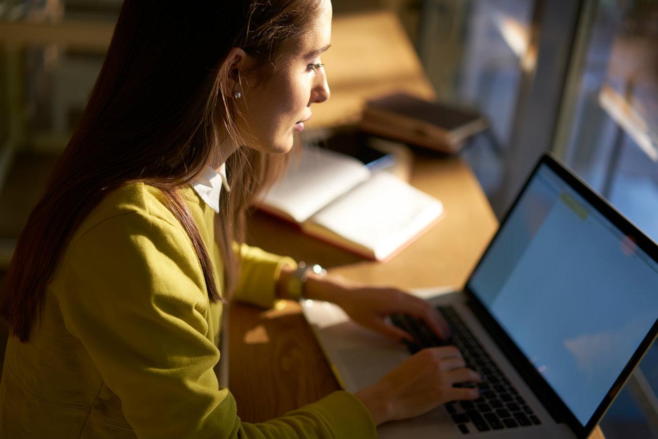 funcionário de departamento pessoal fazendo contracheque online