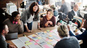 Funcionários interagindo com um bom clima organizacional