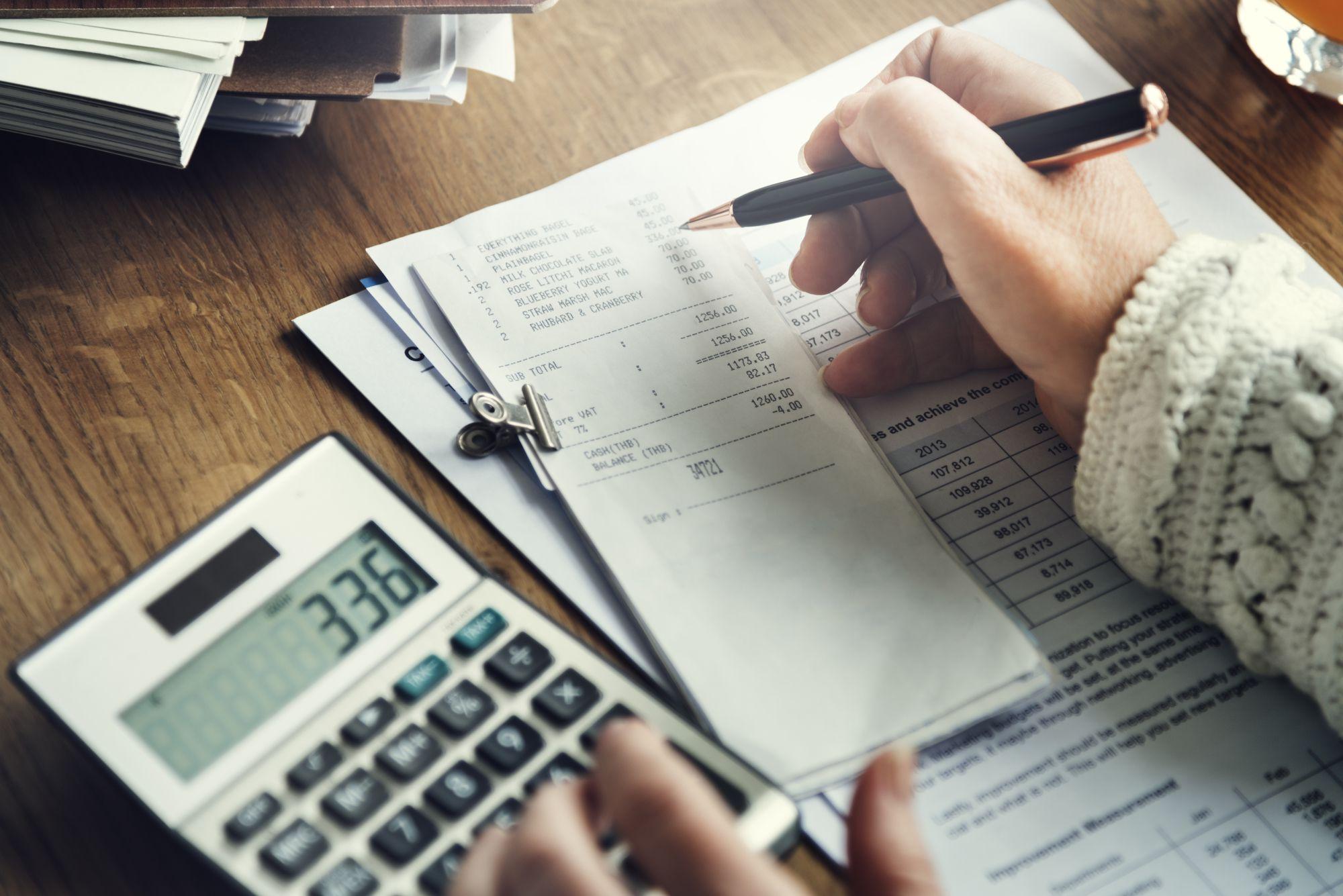 funcionário calculando o reajuste salarial na folha de pagamento