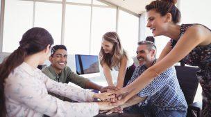 team building bem estrturado com equipe feliz