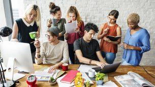 Funcionários trabalhando com modelo de gestão colaborativa