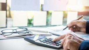Profissional daárea de contabilidade trabalhista processando folha de pagamento