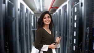 Mulher em uma central de servidores de Big data
