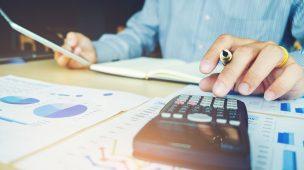 funcionário de departamento pessoal calculando a folha de pagamento