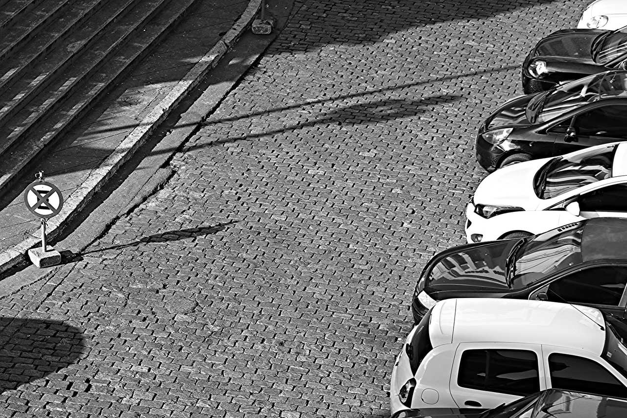 carros estacionados na rua