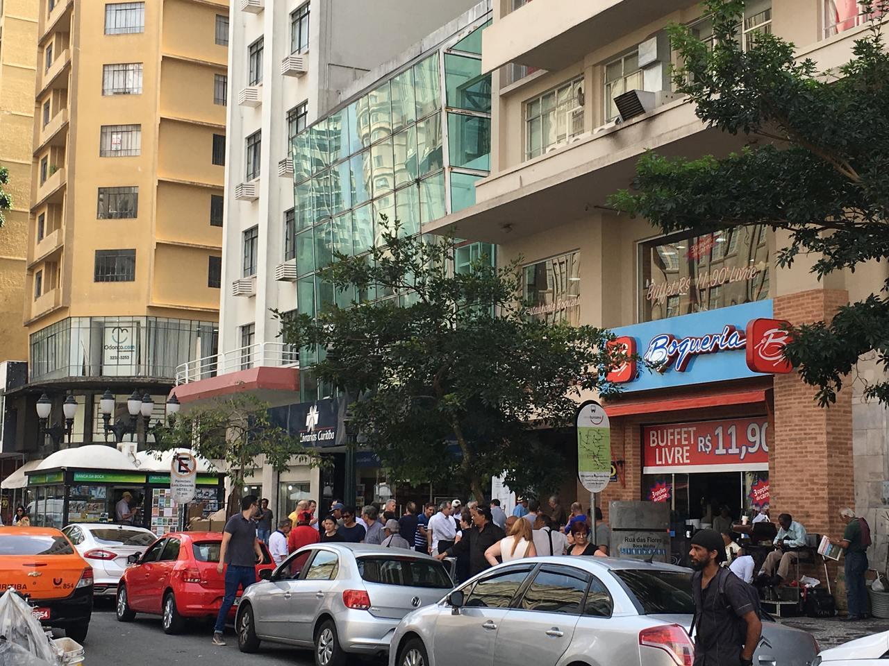 carros estacionados na rua em curitiba